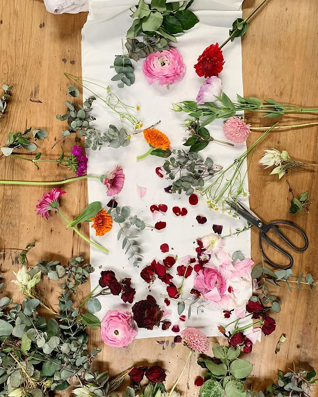 Connections in cloth - My sweet friend Jane @j.murray23 gave me this beautiful Japanese silk, and these flowers are from an @m.arts.precinct fellow studio creative @flowerjunkiesinc and these scissors are from @madeinlisaland ✂️🧵🌹🌸🤲⠀ ⠀ Everything is connected if you pay attention and look for the magic in the small generous moments. Being open to receiving gifts has been a journey for me, like accepting kind words can sometimes be hard. ⠀ ⠀ I've bundled these rununculus and rose blooms and leaves, and will gently cook them over a few days. Can't wait to share the results with you. It's already looking a little special .....