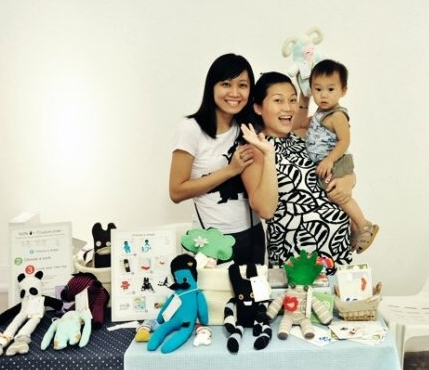 SUPER MOM - GLADYSThis cheerful girlfriend of mine, a super mummy and an excellent wife inspired me eight years ago to create handmade crafts! This photo was taken at her craft booth then. Thank you, Gladys Phan!She started making monster stuff toys out from socks kikeinosocks, photography capturedbygladys and now sixteen ounces selling craft beer.