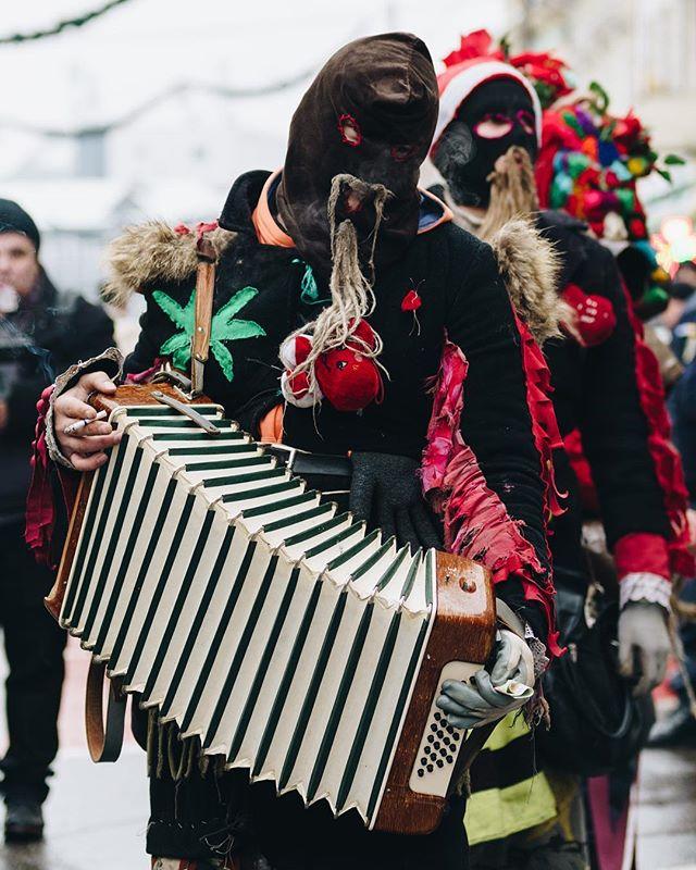 Cum altfel sa speriem spiritele rele daca nu prin muzica, dans si voie buna 😇