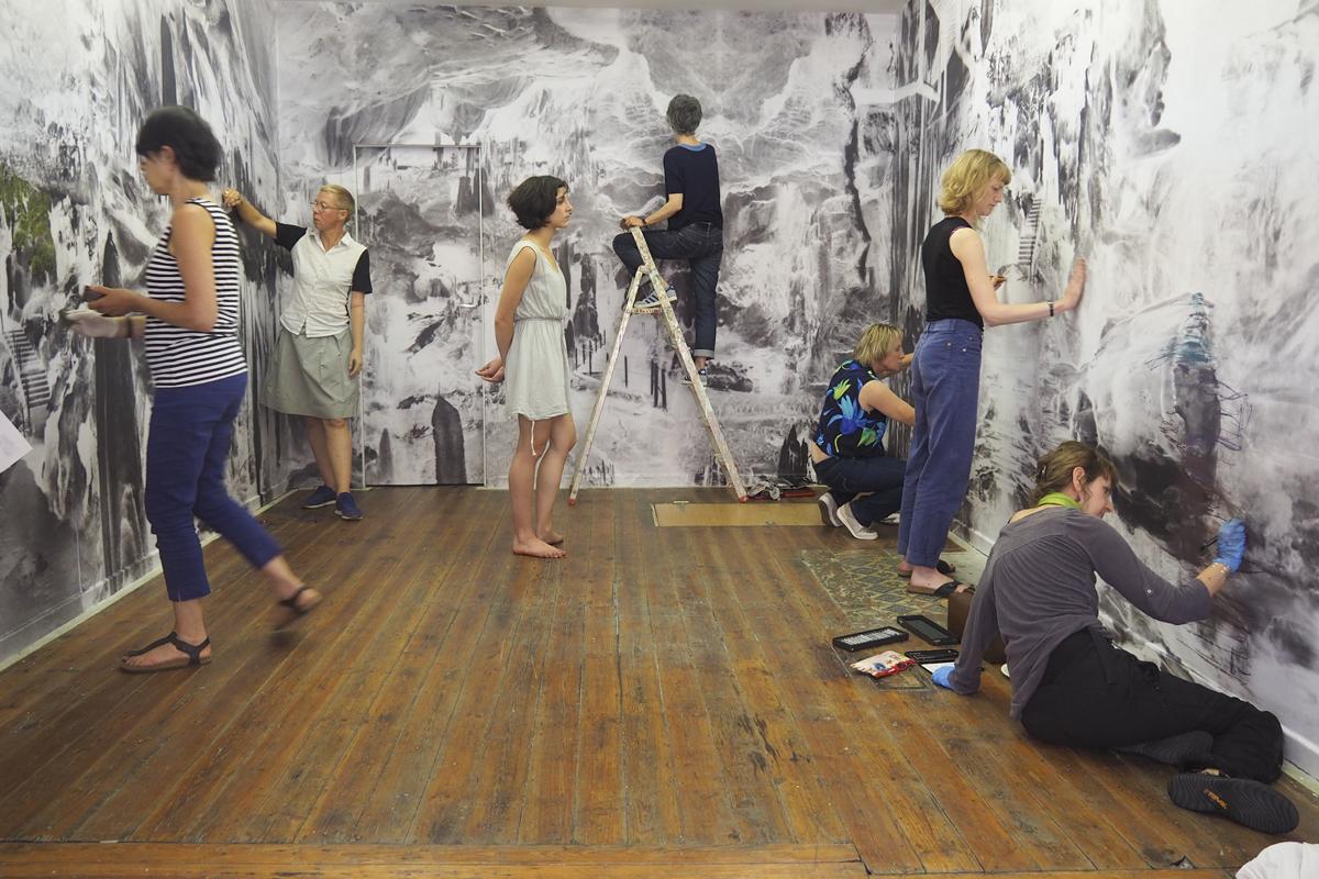 L'atelier dessin de la Maison de la création de Laeken intervient au finissage dans l'installation 'Bétharram' de Hélène Petite à l'espace 10-12.be. Copyright Margaux Guichard et Hélène Petite