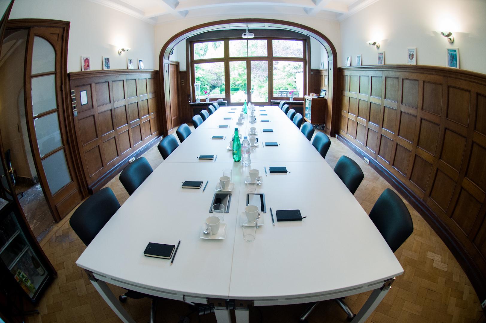 Garden room - Grande salle de conseil surplombant le jardin, équipée avec tous les équipements de conferencing.