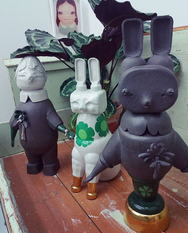 I made these three sculptures a year ago in autumn in Japan. Tomorrow they will fly to Miami! Unfortunately, painting in the background is not authentic :/! I cut it from the magazine a decade ago.  #Miami #Shigaraki #hostlerburrows #designmiami #nyc #newyork #art #sculpture #ceramicart #ceramics #contemporaryceramic #contemporaryart #contemporarysculpture #clay #glazes #color #gold #rabbits #keramikkonst #keramik #skulptur #彫刻 #粘土 #アート #陶芸 #現代美術 #色 #陶芸の森
