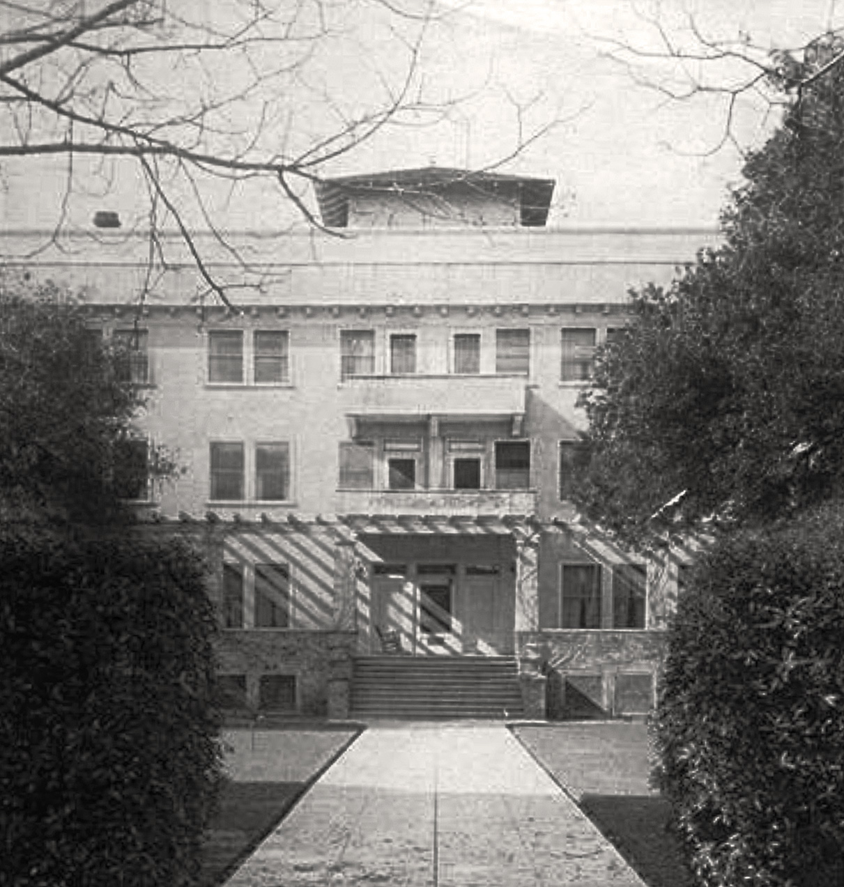 The old Peninsula Hospital shortly after it was opened in 1910. (Picture taken from the Churchill Ave. side.) PAHA photo.