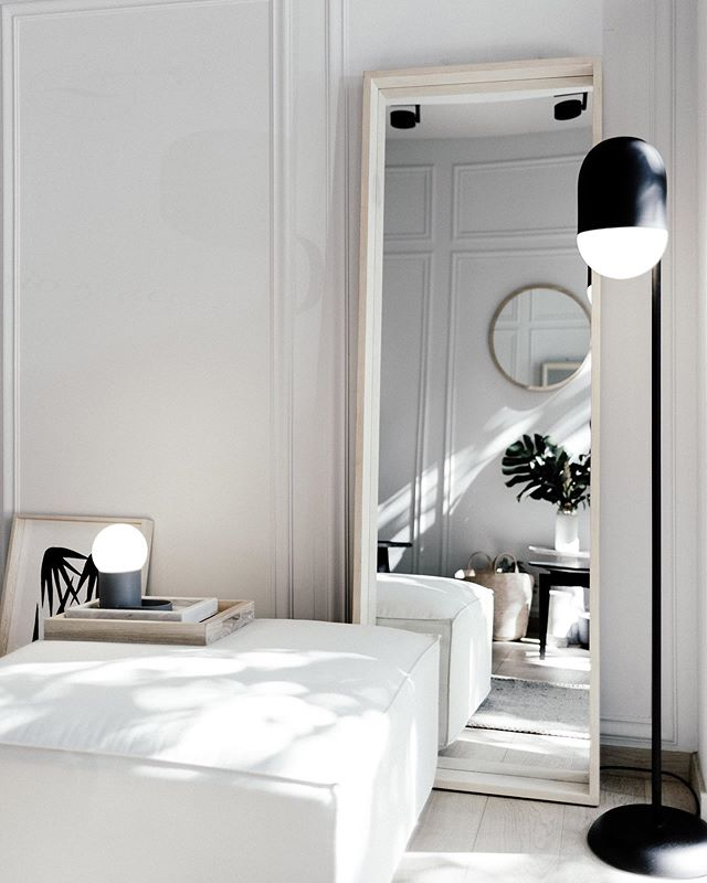 espejo marco fresno en @casaquieta  ottoman arena de @cotidianomx  lámparas Una y Mía de @natural_urbano . . . #homedecor #cdmx #hechoenméxico #furniture #design #diseño #sofa #livingroom #interiores #furnituredesign #capitalstudiomx #interiordesign #interiorinspo #homeinspiration #homestyling #homedesign #homewares #interiorstyling #mexicandesign #archidaily #currentdesignsituation #apartmenttherapy #hygge #minimalism #minimalist