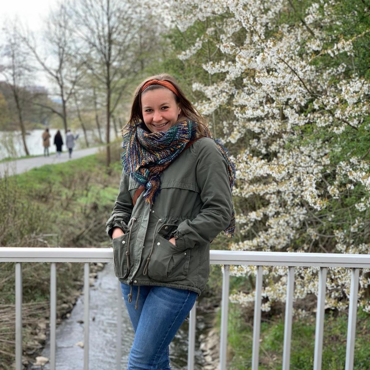 Lea Ransbach - war im Sommer/Herbst 2018 Praktikantin in Château d'Orion. Sie hat an der Justus-Liebig-Universität Gießen Französisch und Philosophie studiert und bereitet derzeit ihre Promotion vor. Für ihre PhiLea-Kolumne auf unserem Blog setzt sie sich regelmäßig mit bedeutenden philosophischen Fragestellungen, Perspektiven und Persönlichkeiten auseinander. Als Nachklang der nun schon vergangenen Storytelling-Woche mit Ivan Engler und zum Vorgeschmack der 2020 stattfindenden Schreibwerkstatt mit Amelie Fried und Peter Probst nun der zweite Teil von Lea, in der Hannah Arendts Ethik der Narrativität mit aktuellem Zeitgeschehen in Bezug gebracht wird.
