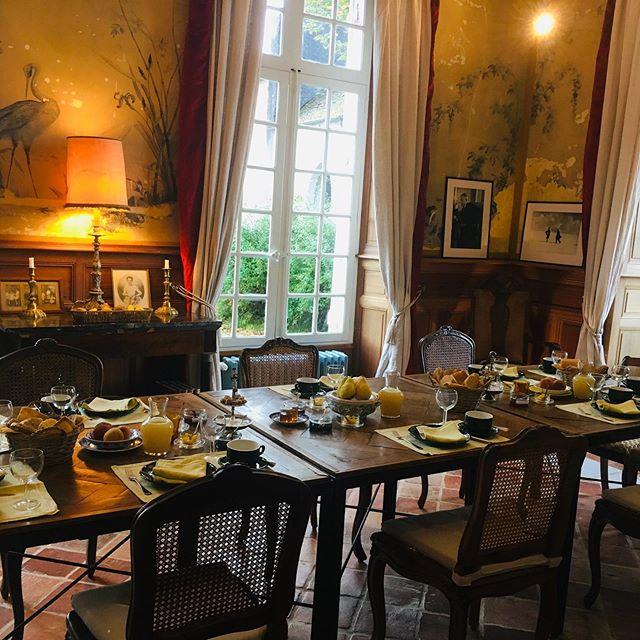 "Petit déjeuner for our guests of the current week ""Fühlen-Denken-MALEN-Denken-Fühlen"" with Marie-Hélène Desrue @chateaudorion  #art #artwork #artandculture @chateaudorion #allsenses #petitdejeuner #breakfast #frenchcountryside #france #chateaudefrance #interiordesign #interior #literature #cultureofmindfullness #mindfullness #pyrenees #philosophie #thinkingweek #denkwochen #culture #music #bearndegaves"