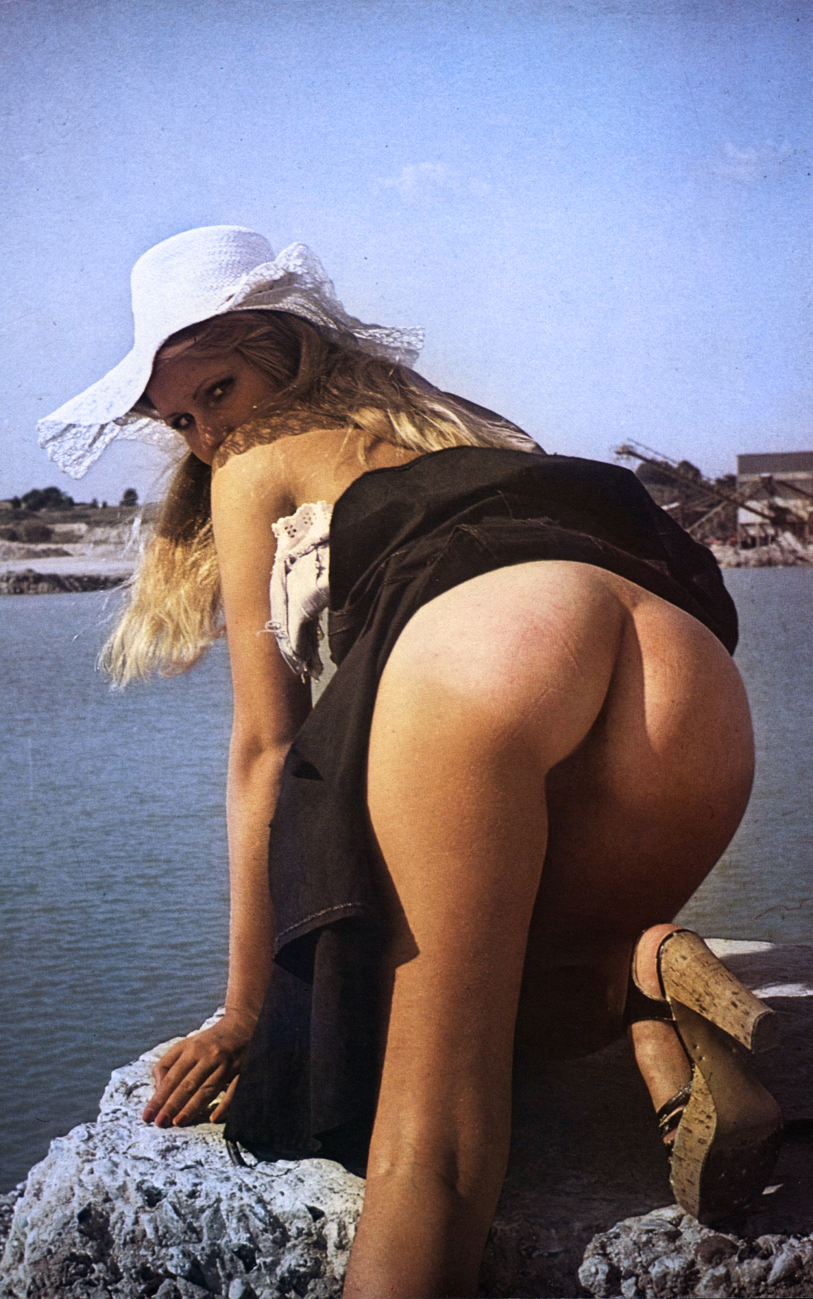public-nudity-mooning-wooden-shoes-sunhat