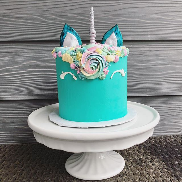 Pru wanted a teal unicorn with a silver horn, so I granted her wish ✨ Happy big 7 to a very special little girl! 🦄