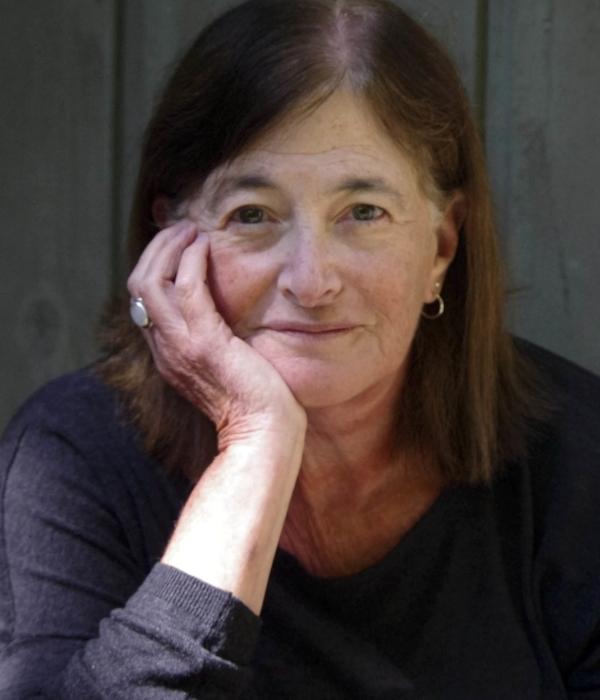 Author photo (C) Caitlin Burgess