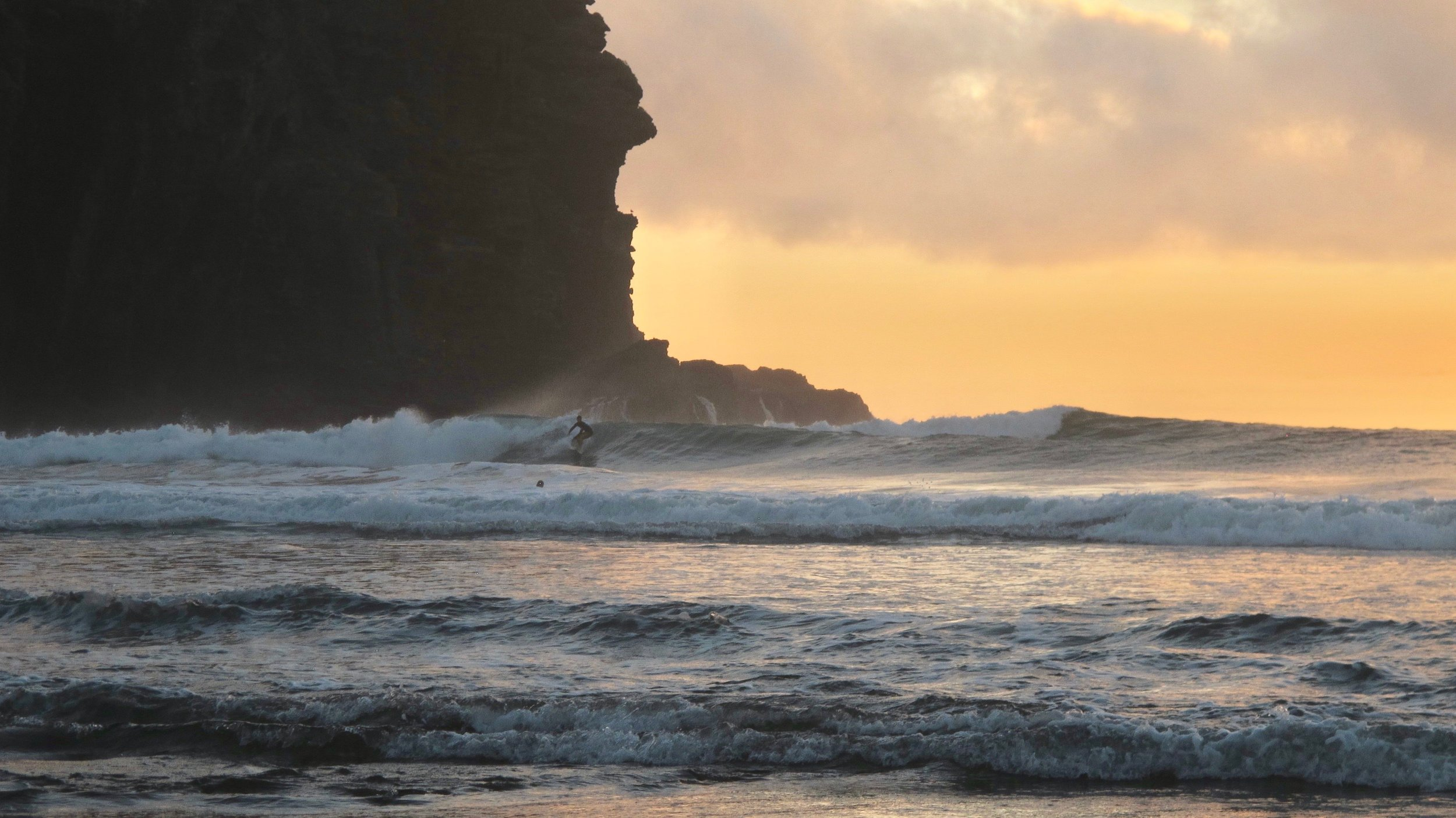 Surfing in Piha - New Zealand