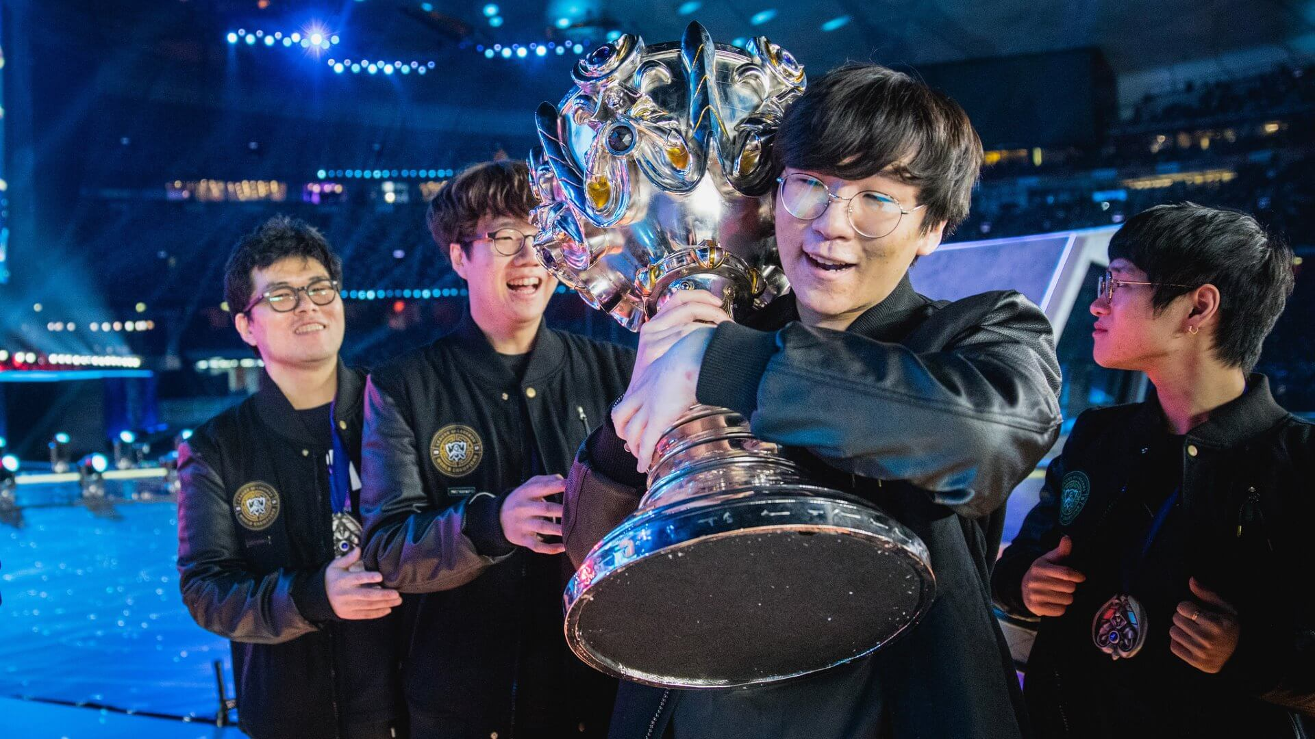 Samsung Galaxy holding the trophy at 2017 World Championship