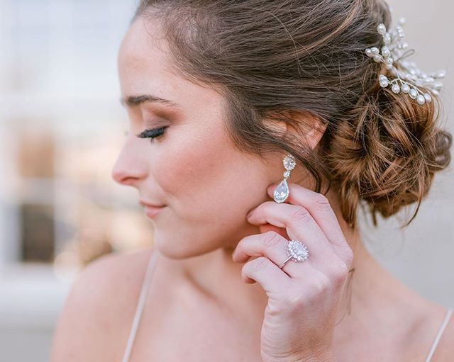 This hair, this makeup, this ring, this bride!!!😍⁣⠀ ⁣⠀ Host: @caitlinhonphoto⁣⠀ Hair: @_heatherdoeshair & @haliegault⁣⠀ Makeup: @rikikaraus⁣⠀ Model: @Rebeccalynnhyde ⁣⠀ Jewelry: @vault.designs⁣
