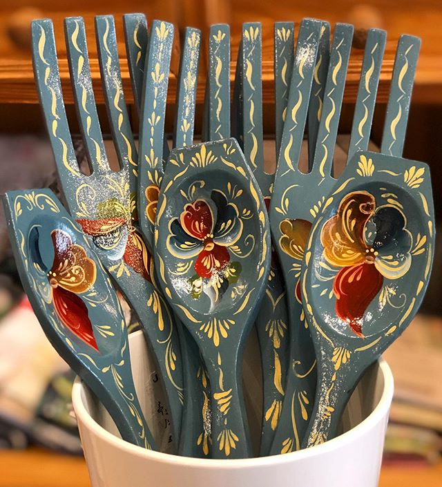 Freshly rosemaled decorative spoons and forks from @joyful.plant just arrived today, they are GORGEOUS! A selection of greeting cards are also available. 🇳🇴 🎨 . . . . . . #rosemaling #telemark #norsk #norwegianart #scandinavian #artisan #scandigifts #nordic #nordictradition #nordiskashop #nordiskapoulsbo #scandishop #shopsmall #localart #poulsbo #littlenorway #lilnorway #pbo