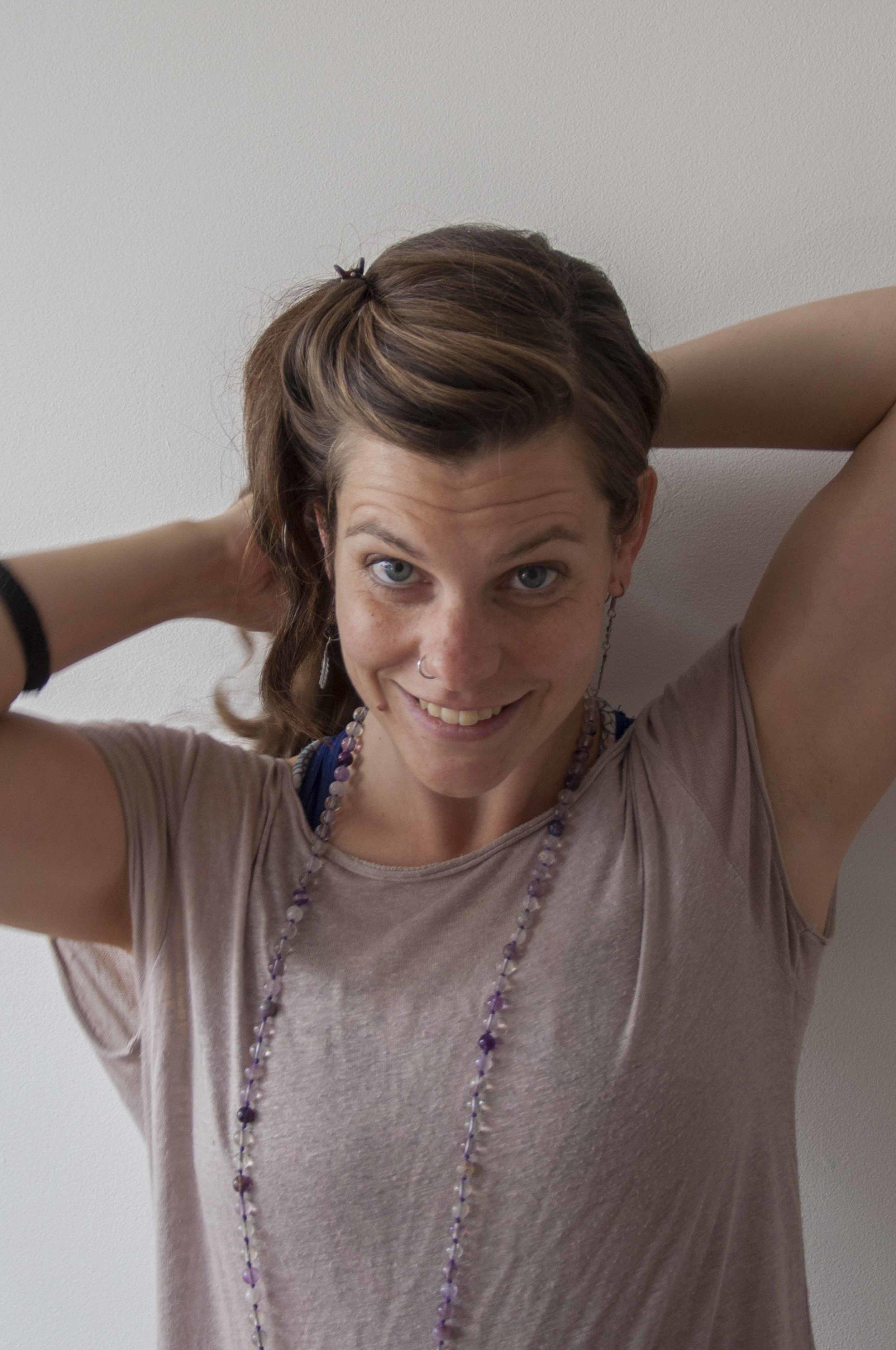 Jorine Janssen   Yoga is als een inwendige massage voor lichaam en geest. Zodoende vormt het een mooie aanvulling op mijn werk als Holistisch Ontspanningsmasseur. Mijn lessen zijn rustig qua opbouw en gericht op het vergroten van lichaamsbewustzijn, ontspanning en geschikt voor beginners. Dankzij mijn achtergrond als masseur kijk ik bij ieder waar de ruimte en mogelijkheden liggen in de houdingen, door het geven van op jouw lichaam afgestemde instructies en milde aanpassingen waar nodig.  Mijn ontdekkingsreis met yoga begon toen ik na zes jaar te hebben gewerkt als docent in het HBO Kunstonderwijs, het roer besloot om te gooien. Mijn lijf sprak duidelijke taal: het is tijd om naar binnen te luisteren in plaats van te voldoen aan eisen van buitenaf. Ik ontdekte dat Yoga met gaf wat ik nodig had. Het brengt lichaam en geest terug in balans met de mat als eerlijkste spiegel en leert de weg van de minste weerstand te volgen.