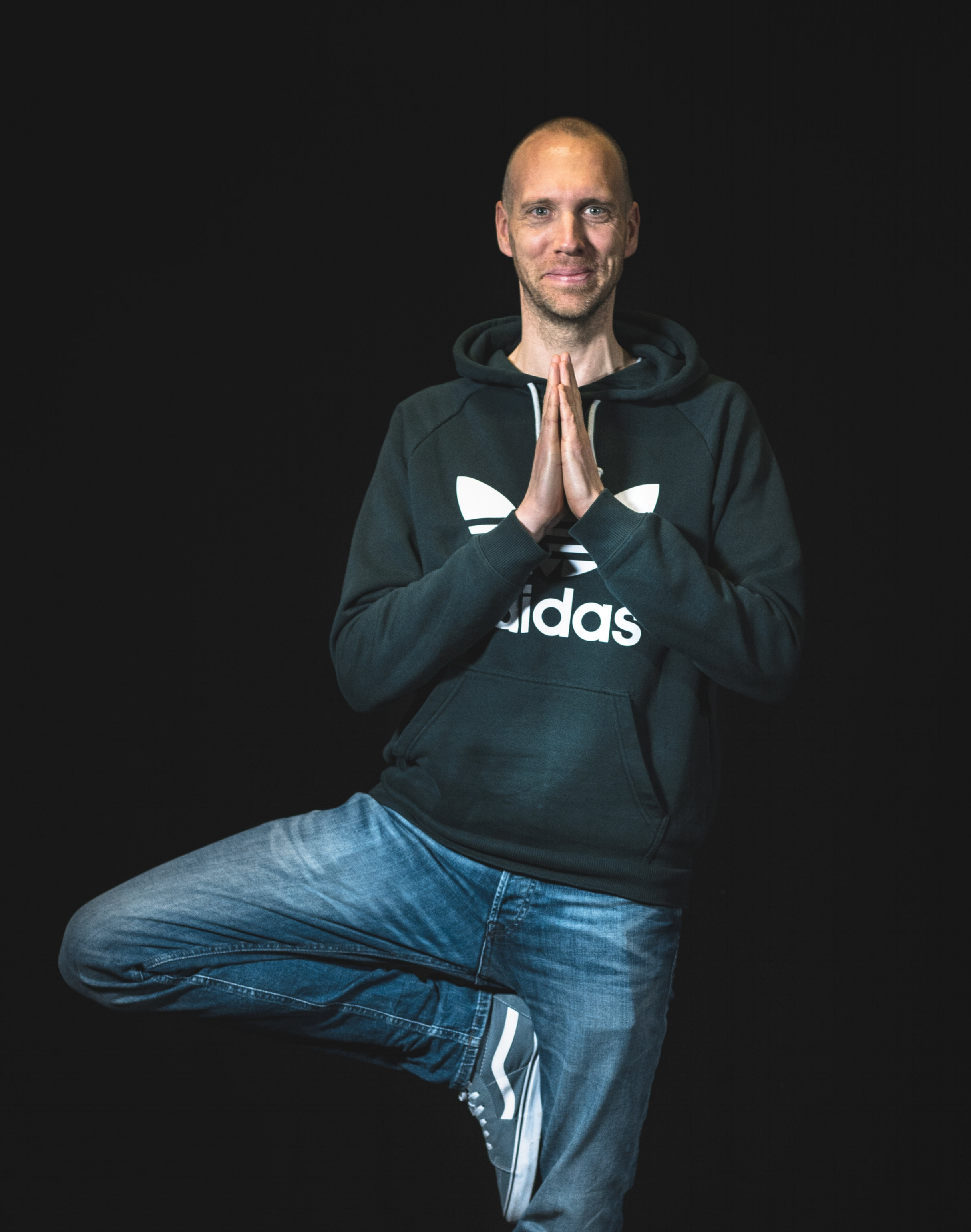 Rohan te Wierik   Omdat ik - eenmaal afgestudeerd en met een fulltime baan in de media - sporten in de sportschool niet leuk vond en niet meer kon hardlopen door een knieblessure, ben ik acht jaar geleden aan yoga gaan doen. Al oefenend kwam ik erachter dat yoga voor mij niet alleen de manier is om mijn lichaam leniger te maken en mijn gedachten tot rust te brengen, maar ook dat ik er veel plezier in had. Daarom ben ik de opleiding tot kinderyoga docent gaan doen bij de Jip en Jan opleidingen. Daarnaast volgde ik trainingen in mindfulness en zelfcompassie. Wat ik in deze trainingen geleerd heb neem ik mee in mijn yogalessen.  Kinderen hebben al vroeg last van prikkels, drukte en keuzestress. Yoga helpt kinderen omdat het ze leert naar hun lichaam te luisteren zonder dat er competitie in het spel is. Zo leren ze hun eigen grenzen herkennen en aangeven. Dat helpt ze in het dagelijks leven. Ze hoeven niet de beste te zijn, ze mogen bij yoga helemaal zichzelf zijn.