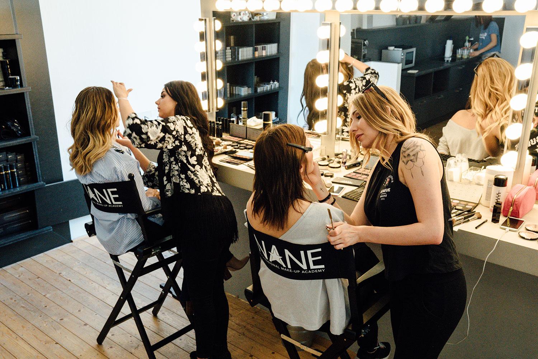 Make-up Artist Studentinnen beim Probeschminken