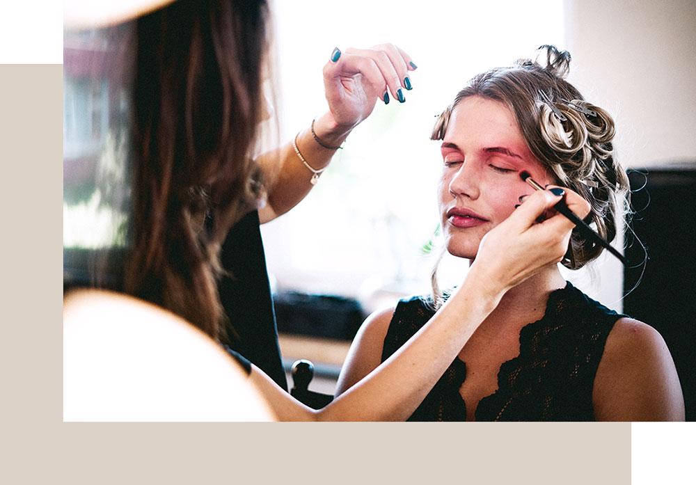 Make-up Artist schminkt Model