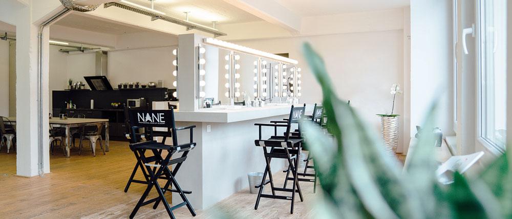 Make-up Academy von innen: Helles Altbau-Loft mit Holzdielen und großzügigen Schminkspiegeln