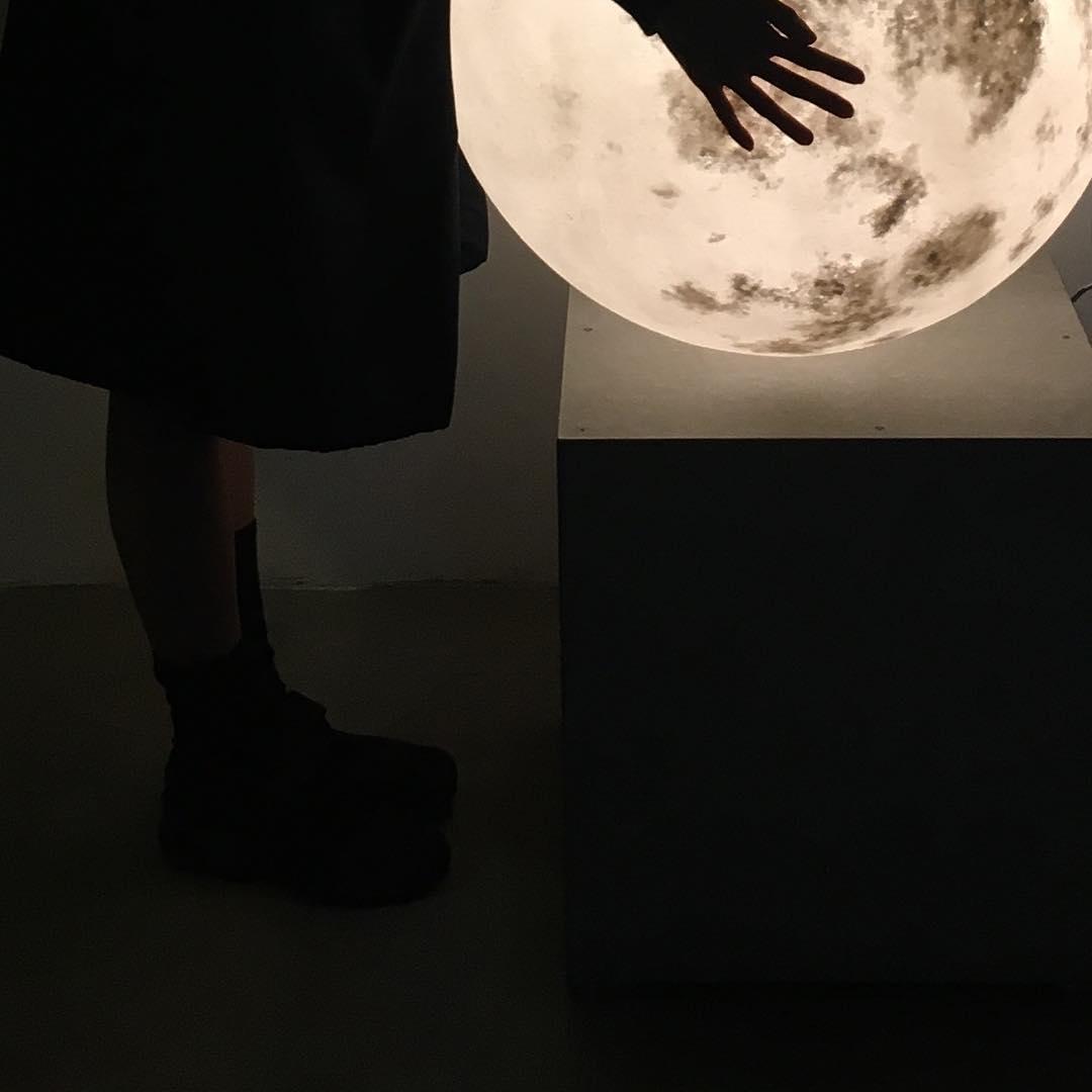 #lunalamp#月球燈luna #月亮燈#acornartstudio  photo by @riyo_