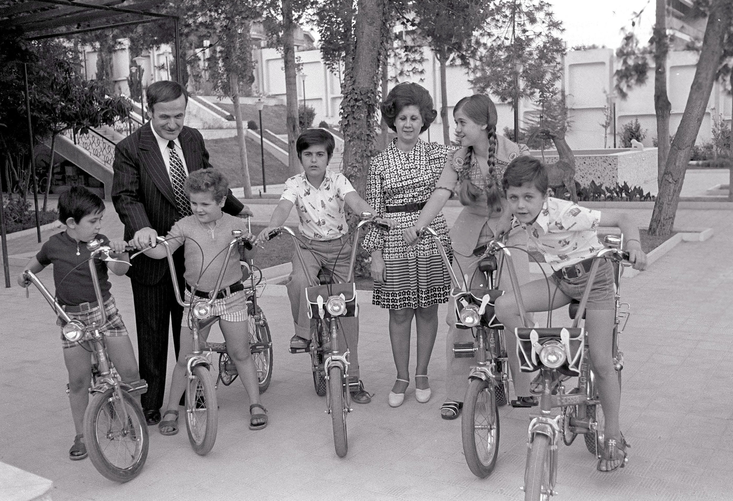 LS1441M Getty Assad family on bikes ref 1418216.jpg