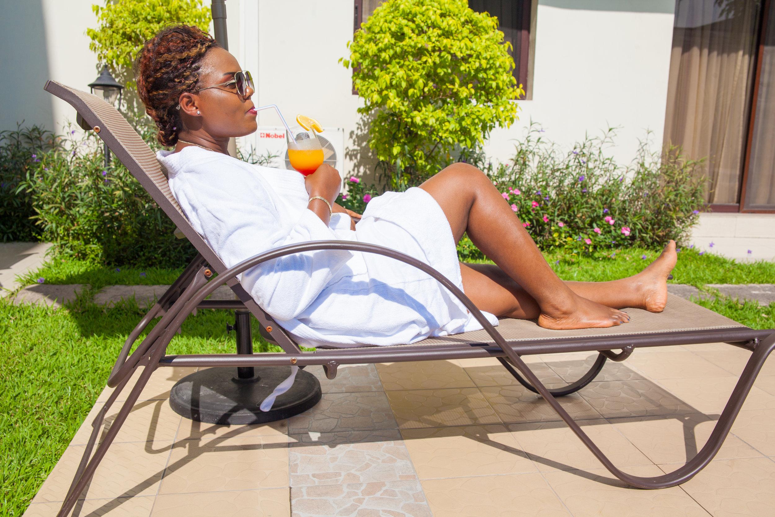 Notre Espace extérieur, doté d'une piscine, vous permettra de vous décontracter et profiter des belles journées tropicales.