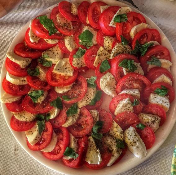 tomato basil mozzerella salad.png