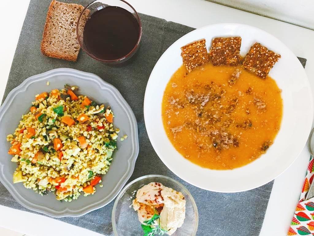 Joi : supă cremă de legume, pâinică preparată la bistro, bulgur cu legume, hummus sincer și banal cu semințe de susan.