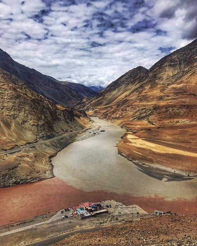 Himalaya. 5000 de metri altitudine. Un loc pe care îl cucerești sau care te cucerește. @lauracalin 👉 în noul #vlog de pe #youtube povestește despre provocările excursiei din care tocmai s-a întors. India. #linkinbio #yogatrip #yogaretreat #yogajourney #spiritualvoyage #expandyourlimits #breathe #discovery #yogatravel #yoga #discoverplaces #seetheworld #yogavlog #vlogging #beautiful #landscapephotography #india #himalaya #himalayamountains 🌿 photo credits goes to: Veronica Gravea.