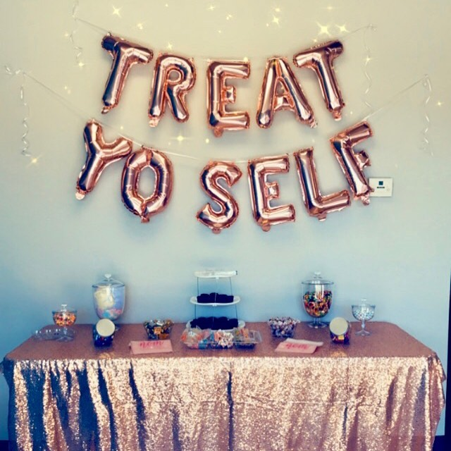 It's Client Appreciation Day 🎉 Come on in and treat yo' self with our goodies table 🤤 . . . #clientappreciation #treatyoself #tempe #tanning #tanningbed #spraytan #spraytanning #clientappreciationevent #sale #treats #raffle #shoplocal #shopsmall #localtempe #treatyourself #yum #candy #rosegold #candybuffet #rosegoldeverything