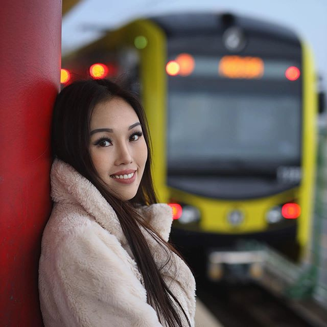 The @metrolosangeles trains are a good way to get around the city without dealing with traffic. What are your favorite places to ride to/from? ⁣ ⁣ #metrolosangeles #gometro #TeamCanon #portraitphotography #portraitspage #portrait_page #watchtheclosingdoors #jazmatazz