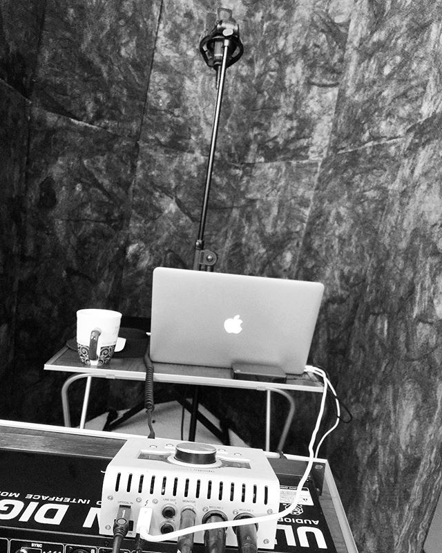My handcrafted vocal booth 👨🏽‍🌾🥰 . . #singersongwriter #vocals #vocalbooth #studio #apollotwin #apollo #uad #logicprox #macbookpro #vox #coffee #artist #folkgood #livefolk #coffeelover #art #create #musician #recordingstudio #music