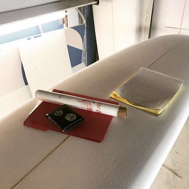 Back at it again. Slow and steady wins the race, follow the steps, take the time, and let the tools do the work. Hand shapes coming atcha. Words of wisdom from the master @surfboardsbyvartanian . #handshapes #longboardsurfing #bluewalls #craft #dedication #shapingboards #blueshapes