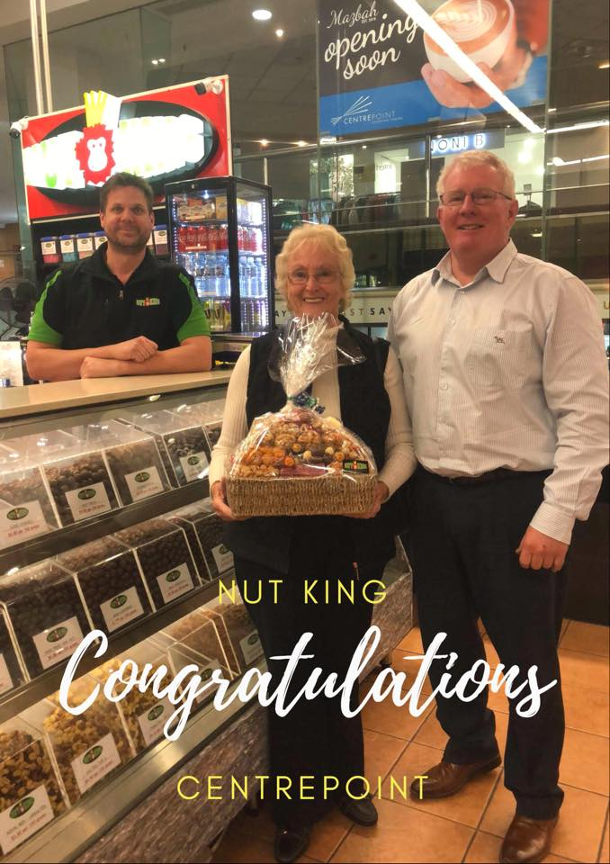 Well, we finally found Elaine Crawford, the lucky winner of our  NUT KING hamper of nuts, chocolates, crackers and Lolly-pops.🎊  Elaine is pictured with Julian from the Nut King and Centre Manager Brett McGrath receiving her platter.  Congratulations Elaine, we hope you enjoy your nibbles.❤️✨