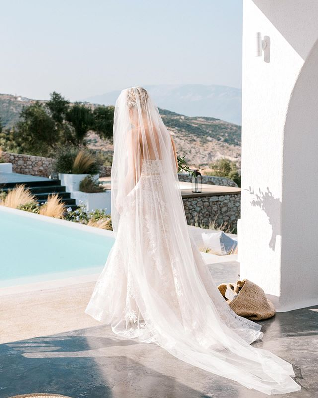 Major veil goals! How amazing does @rhitrition look in the @berta dress? 😍📸 by @peachteauk