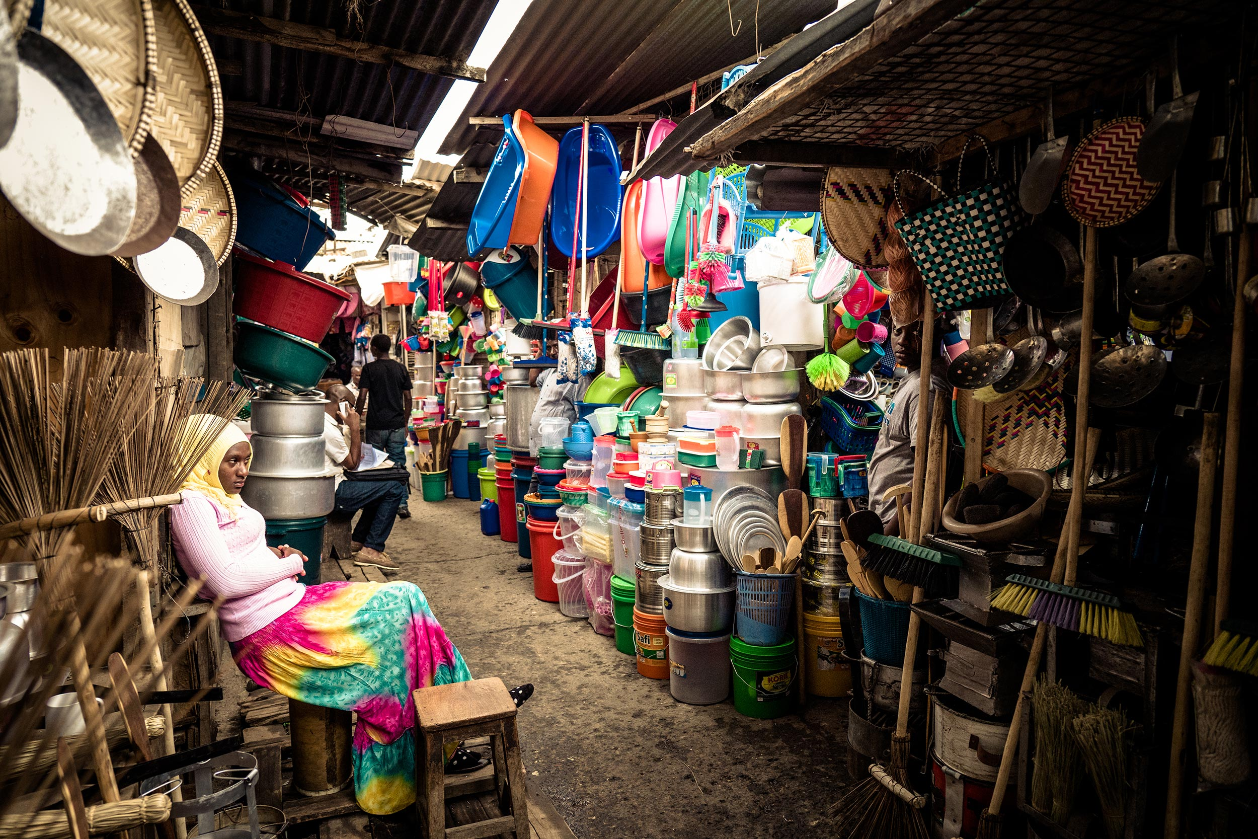 Untold-journal_Tanzania_colors-on-the-market.jpg