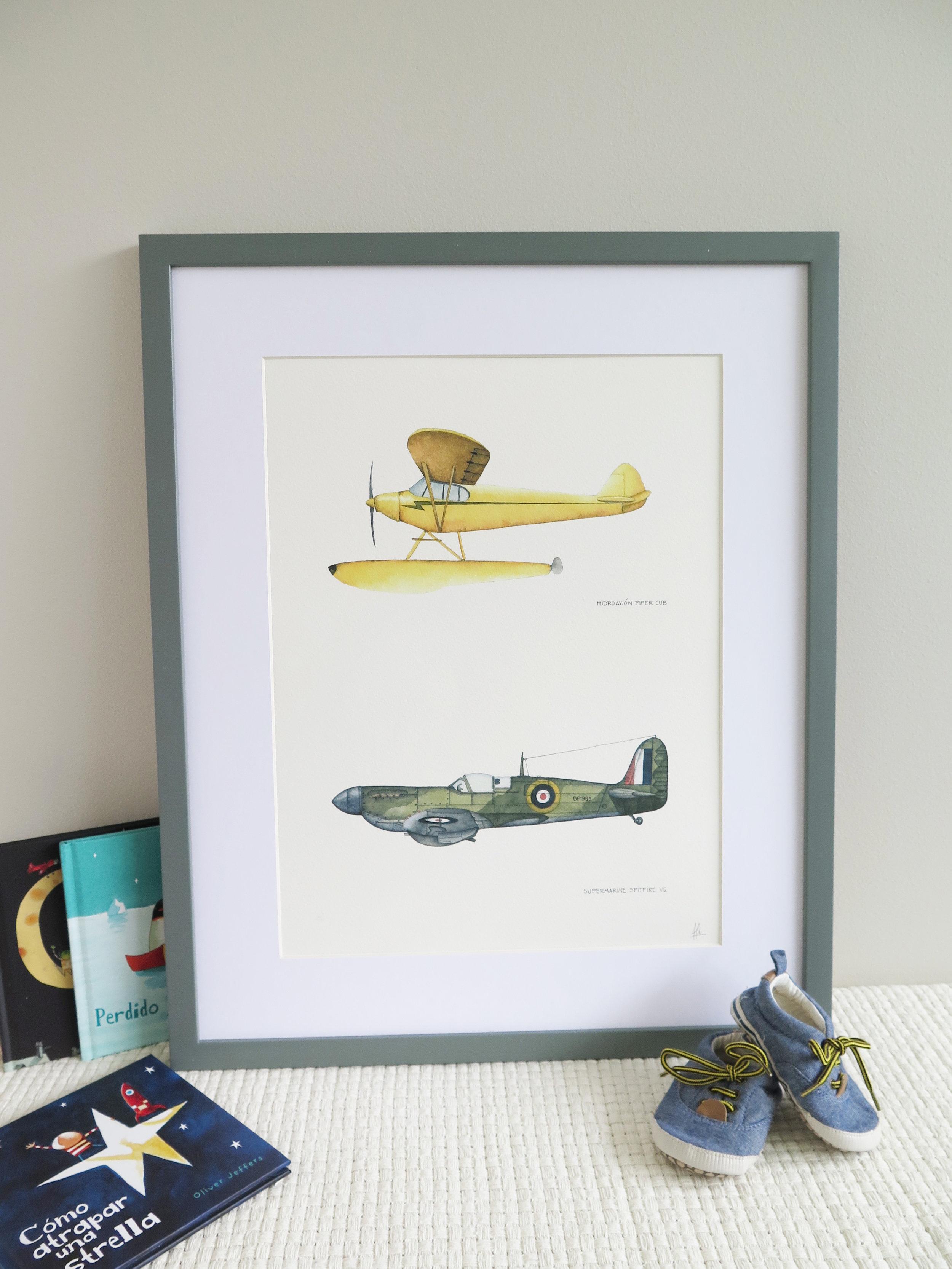 Cuadro doble: Hidroavión Piper Cub y Supermarine Spitfire Valor: $72.000 Tamaño Lámina: 31 x 41 cms. Tamaño Cuadro: 46 x 56 cms. Marco: Blanco, Gris o Albayalde