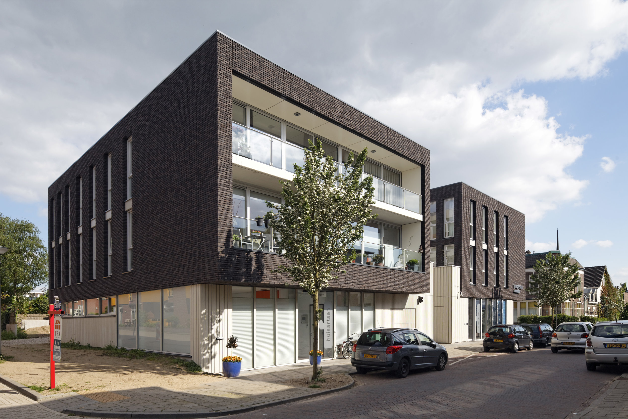 the opening in the brick volume accentuates the balconies of the apartments