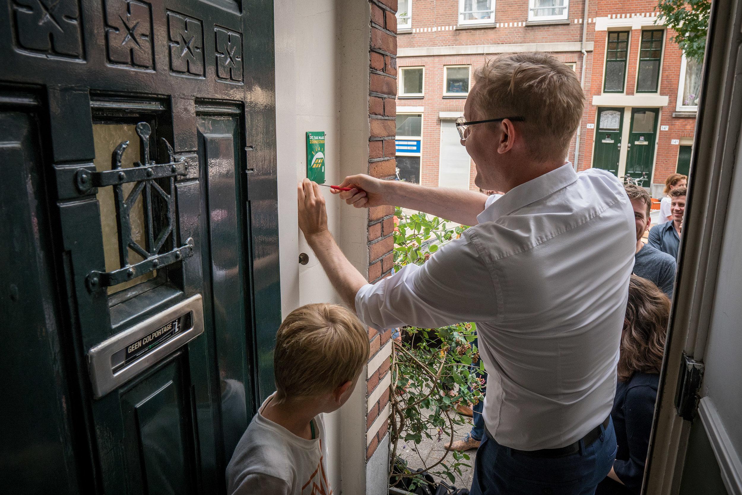 wethouder Arno Bonte installeert het eerste zonneschildje (photo by Frans Hanswijk)