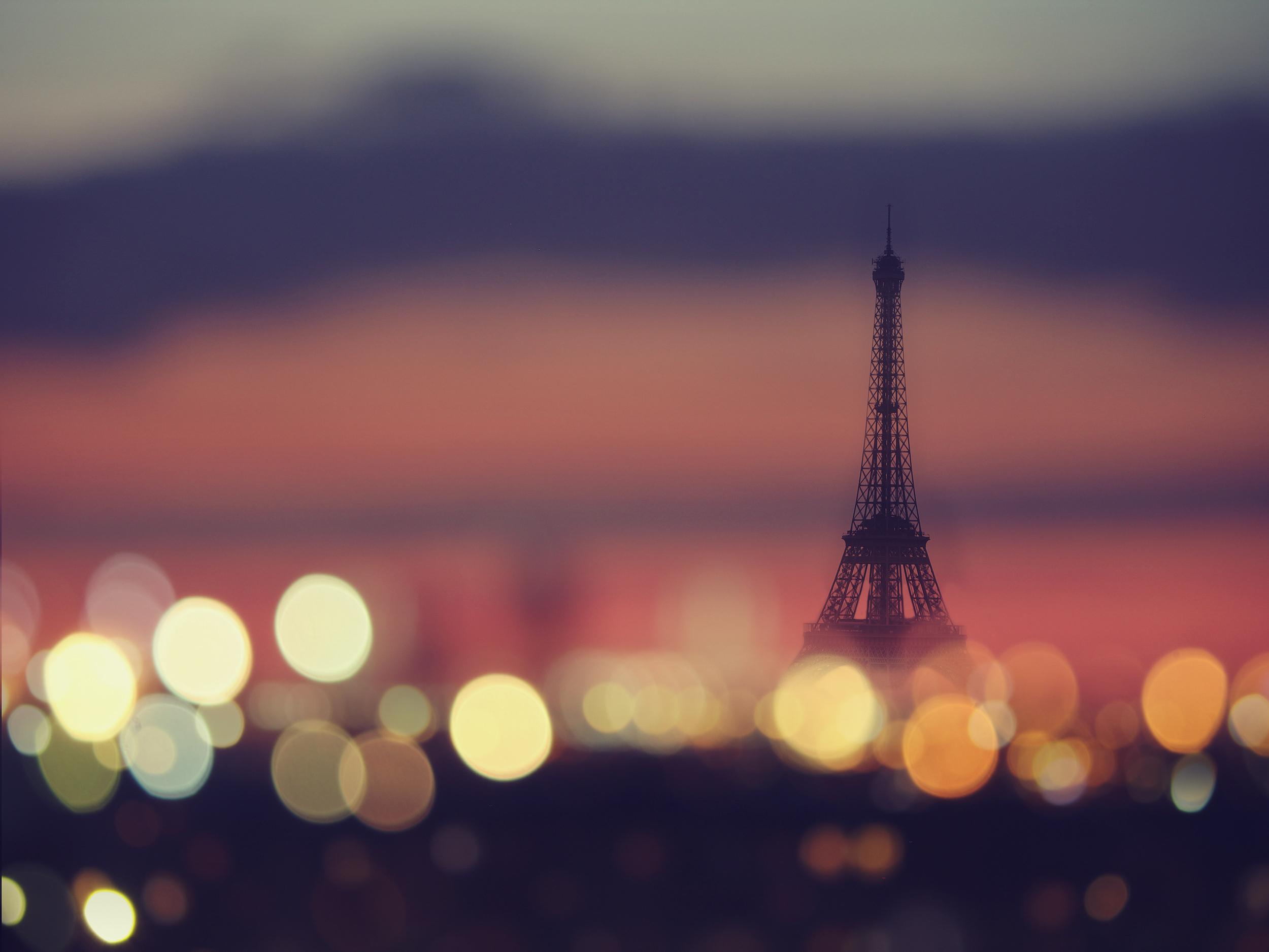 Silhouette De La Tour Eiffel Et De La Nuit Les Lumières De Paris En France Stock Photo.jpg