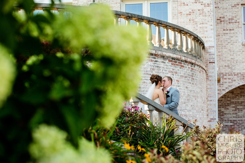 couple kiss in garden