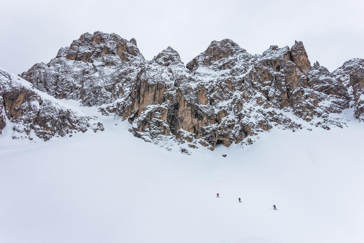 Die Rampe links führt zum Tschigolade Pass
