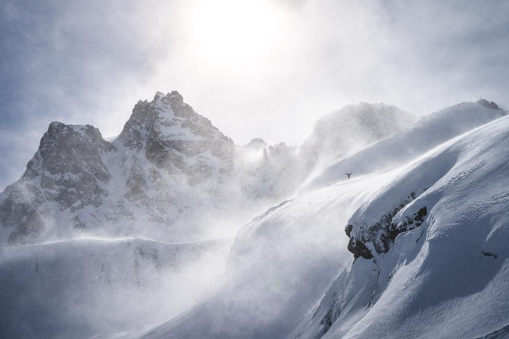 Schneeschleier fliegen durch die Luft