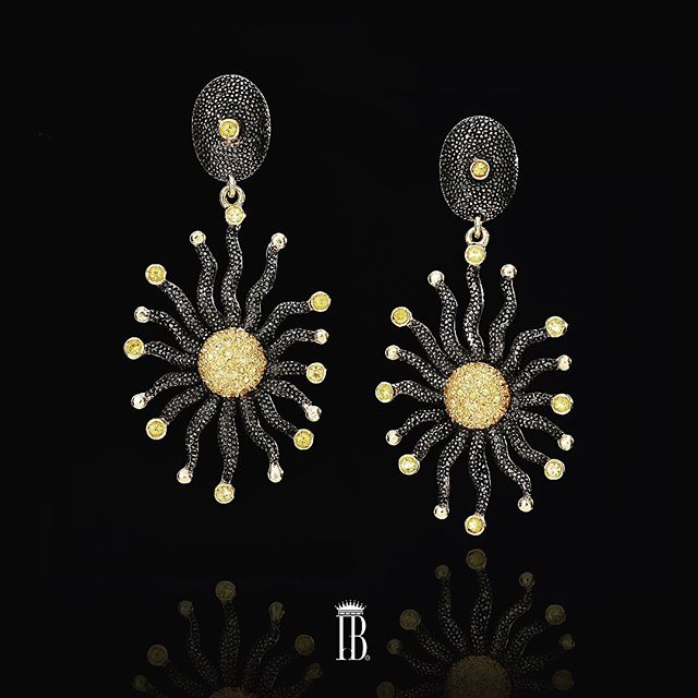 The sun earrings from #isabelladelbono are not only beautiful they are also interesting. We all need statement pieces of jewelry, we love to feel fab as in this image the mayor's lady Ms Diana Taylor #earrings #sapphire #yellowsapphire #gold #silver #pendantearrings and of course #madeinitaly now for sale