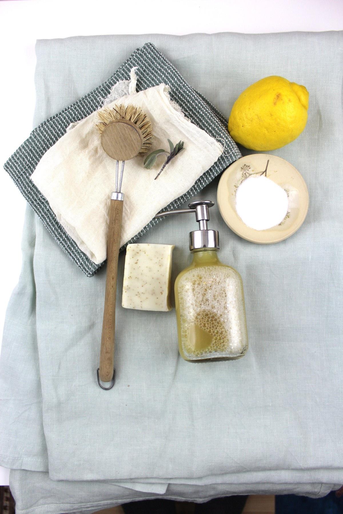 All in. - Im Tagesworkshop kreierst du deine ganz individuellen Reinigungsmittel. Tüfteln, zusammenmixen, feintunen mit dem passenden Duft. Das Grundrezept ist gegeben und das Handout all den Rezepten sowie Tipps & Tricks kannst du anschliessend mit nach Hause nehmen. Jeder hat zum Schluss seine Basic-Ausstattung an allen natürlichen Reinigungsmitteln, die er oder sie im Alltag braucht - und das in zeitlos und immer wieder befüllbaren Behältern. Keep it clean & simple!