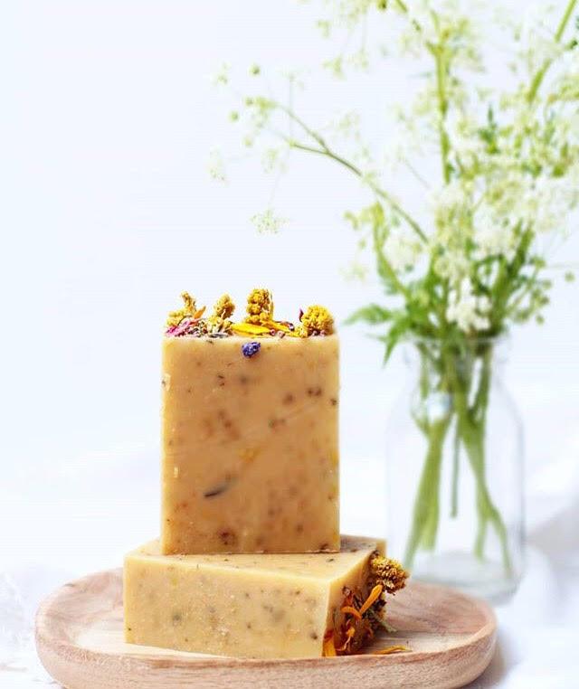 Natur pur. - Ob nach Ringelblume duftend, mit Malveblüten drin oder ganz dezent verziert - an diesem Workshop kannst du rund 1,5 kg eigene Seifen von Hand ganz nach deinem Geschmack zaubern. Und immer wieder zuhause nachproduzieren.