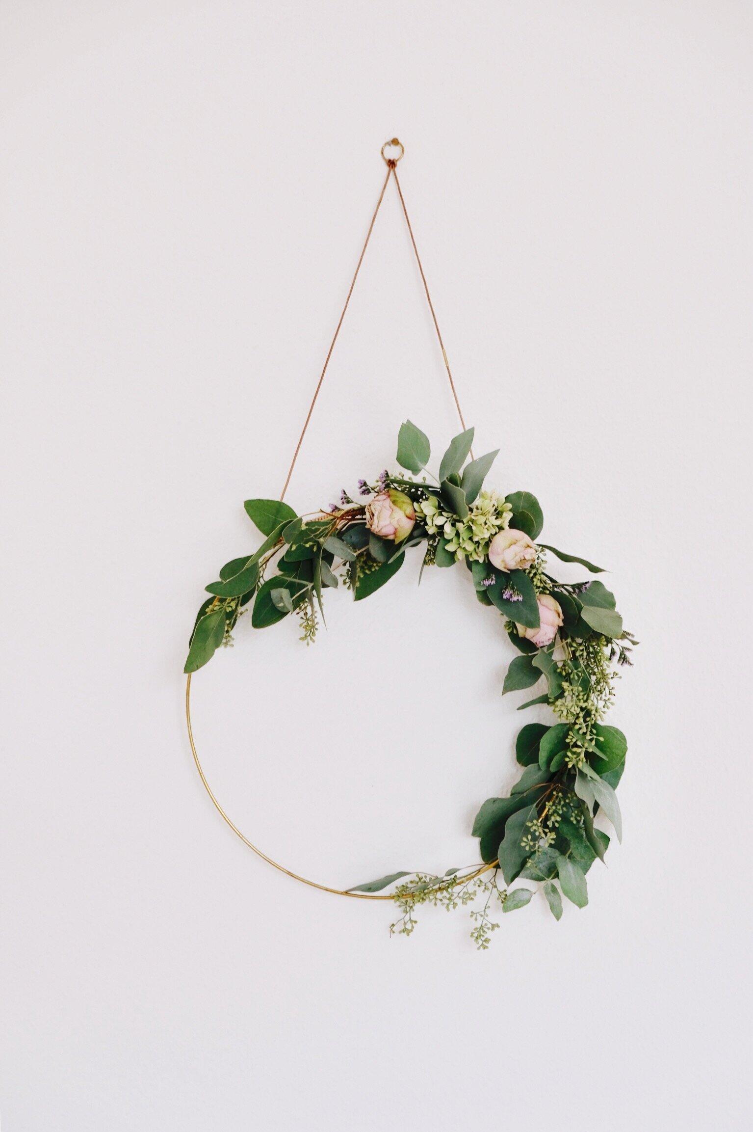 Flowerhoop. - Kannst du ihn schon an deiner Wand oder Türe sehen? Zeitlos hübsch: Aus frischen Blumen kreiert, lebt der Flowerhoop getrocknet ein Leben lang.