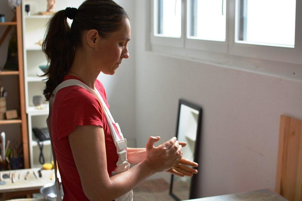 Danijela von danciceramics. - Bereits als Kind hat die sehr gespürige, kreative Danijela ihre Faszination am natürlichen Material Ton gefunden und bis heute beibehalten. Formen, Farben, Facetten - sie kreiert natürlichste Keramik-Unikate mit Herz & Hingabe.