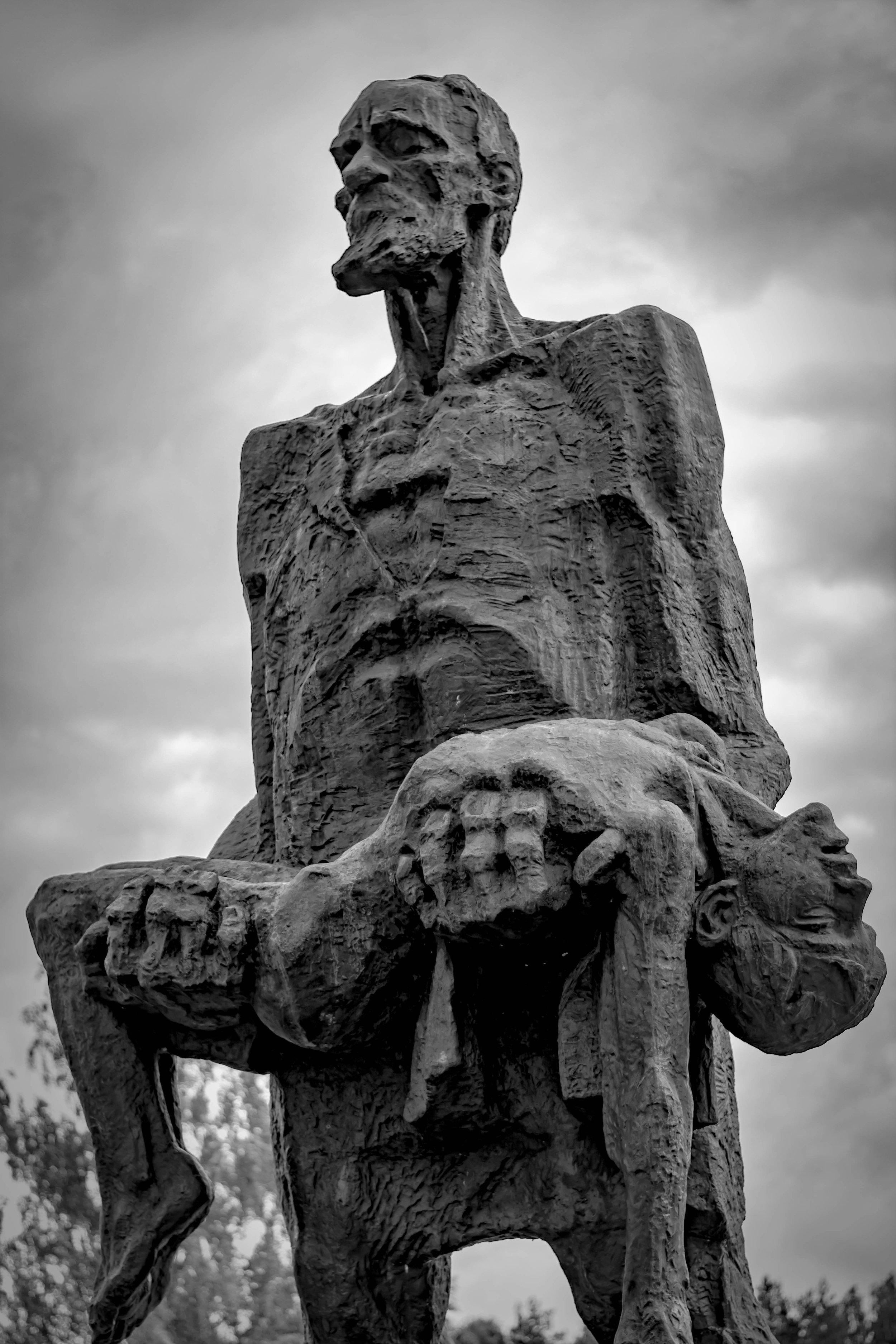 Belarus_Holocaust_Memorial_Statue.jpg