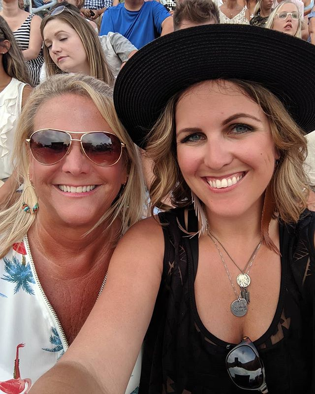 Throwback to the Rascal Flatts concert with my Madre goose. It was so hot that we were melting... ☀️🌡️🔥