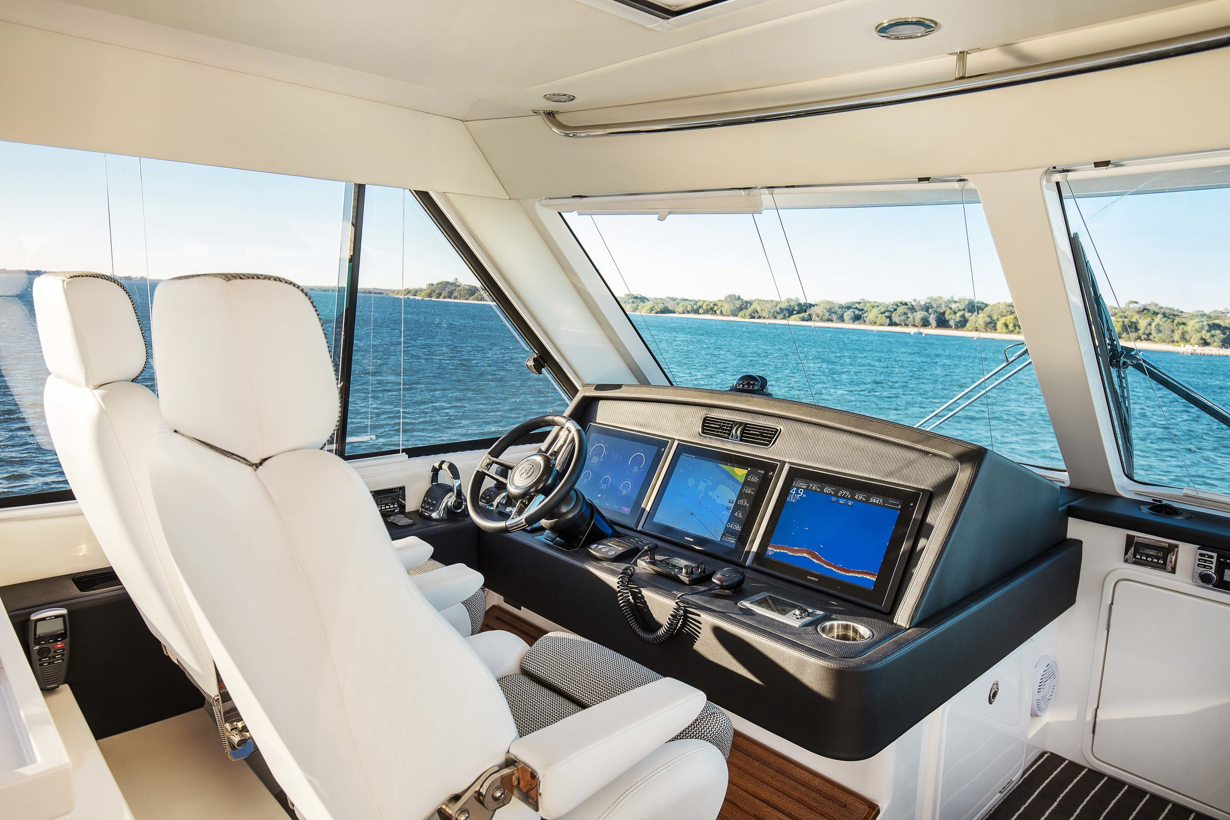 R52 Enclosed Flybridge Flybridge 03.jpg